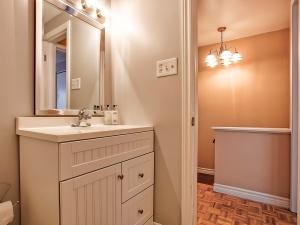 185-thaler-avenue-super-cute-kitchener-condo-main-bathroom-2